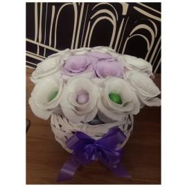 Букет от бонбони в бяла плетена кашпа